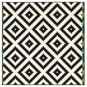 A tessitura piatta con motivi grafici, il tappeto Lappljung Ruta di Ikea è 100% in polipropilene. Misura 200 x 200 cm. Prezzo 59,90 euro. www.ikea.it