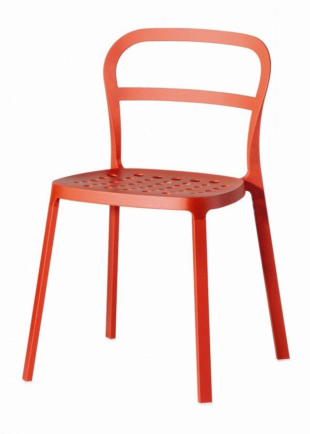 IN CUCINA MA ANCHE IN SOGGIORNO. Colorata e versatile la sedia Reidar di Ikea è ideale per arredare qualsiasi ambiente. Caratterizzata da una linea pulita e da uno stile minimal ha una forma classica  reinterpretata nella versione impilabile. In alluminio verniciato in polvere di poliestere è  disponibile in arancione, giallo, bianco e nero. Misura L49xP50xH78 cm. Prezzo 39,50 Euro. www.ikea.com/it