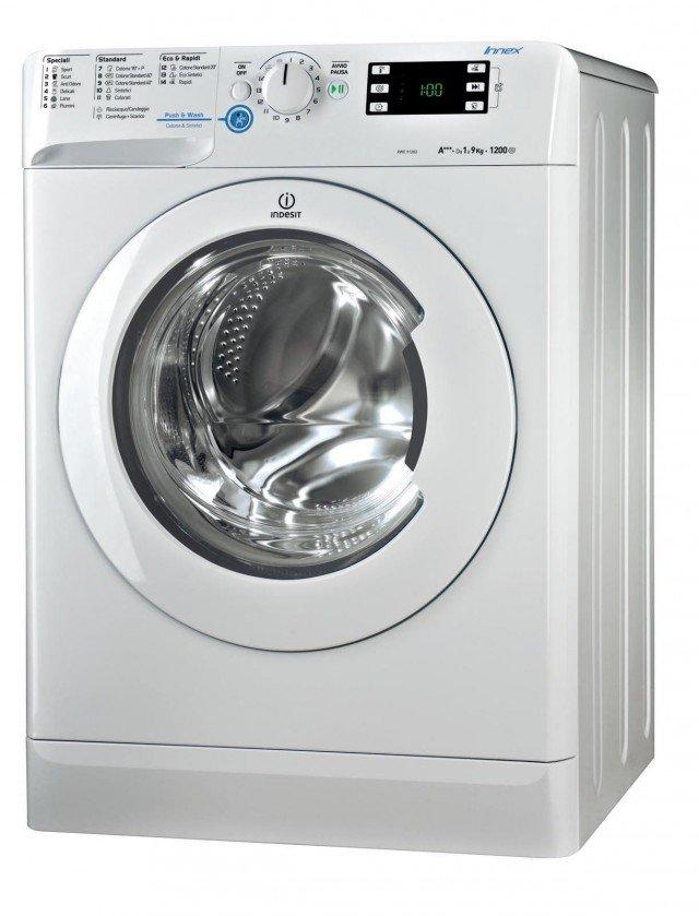Ha regolazione automatica dei consumi la lavatrice INNEX XWE 91283X WWGG DI INDESIT con tre programmi rapidi da 9, 30 e 60 minuti. Con capacità di carico di 9 kg, è in classe di efficienza energetica A+++. Ha il display multifunzione, termostato regolabile, programma Woolmark Gold Care. Misura L 59,5 x P 60,5 x H 85 cm. Prezzo 499 euro www.indesit.it