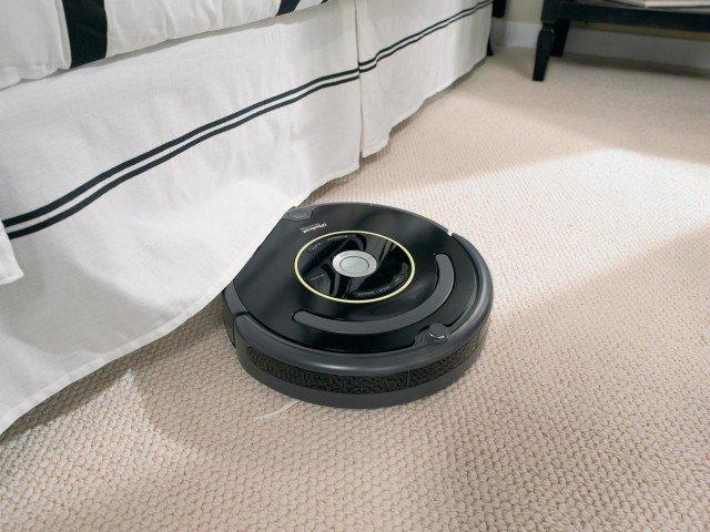 Roomba 650 di iRobot, distribuito da Nital, si muove in autonomia nella stanza evitando gli ostacoli e memorizzando i percorsi il robot aspirapolvere. Il particolare design delle spazzole gli consente di raggiungere anche gli angoli più difficili; prezzo 459 euro. www.nital.it