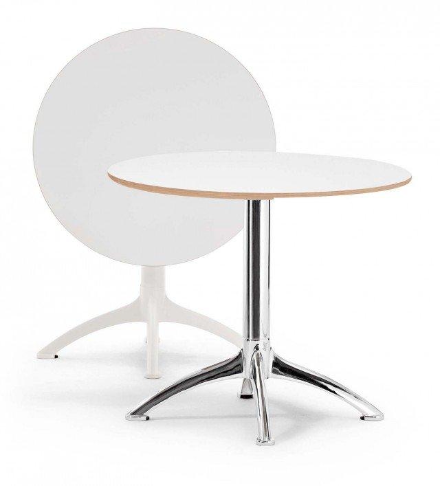 Ha il piano a ribalta il tavolino con base in acciaio cromato o laccato che misura Ø 70 x H 71 cm; verniciato bianco con piano in laminato HPL colore bianco, costa 462 euro K4 di Segis