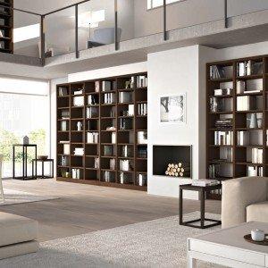 È realizzata con listelli di legno massiccio la libreria modulare in finitura noce serie Melograno, Comp. 25 di Le Fablier  Nella misura L328 x P 38 x H 214 cm. Prezzo 4.352 euro. www.lefablier.it