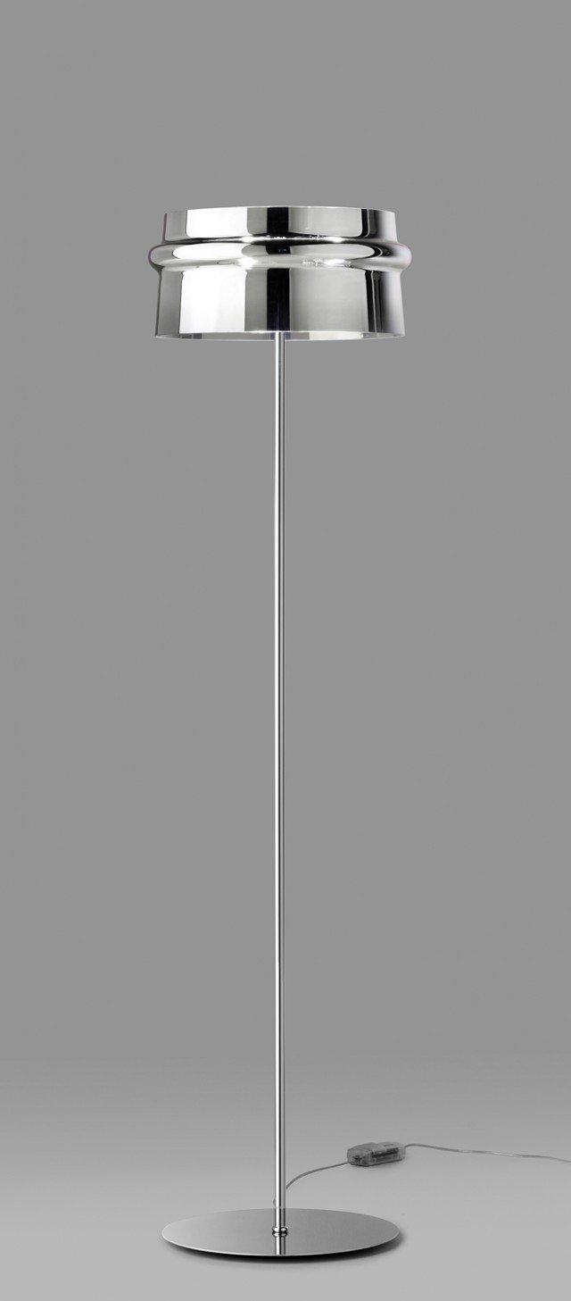 La speciale finitura del diffusore della piantana Aro di Leucos (www.leucos.it) in puro cristallo genera particolari e gradevoli effetti di riflessione della luce, pur garantendo un'illuminazione ottimale. Ha struttura in metallo cromato; misura Ø 44 x H 170 cm; prezzo 830 euro.