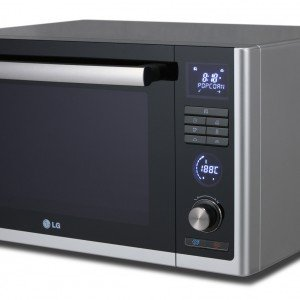 Il forno a microonde Lightwave™ di Lg ha doppio grill: uno al carbone vegetale ed uno al quarzo, che determinano una migliore diffusione del calore ed una cottura più uniforme degli alimenti. Ventilato, ha capacità di 32 litri e è regolabile su 6 diverse modalità di cottura. Prezzo 199 euro. www.lge.it