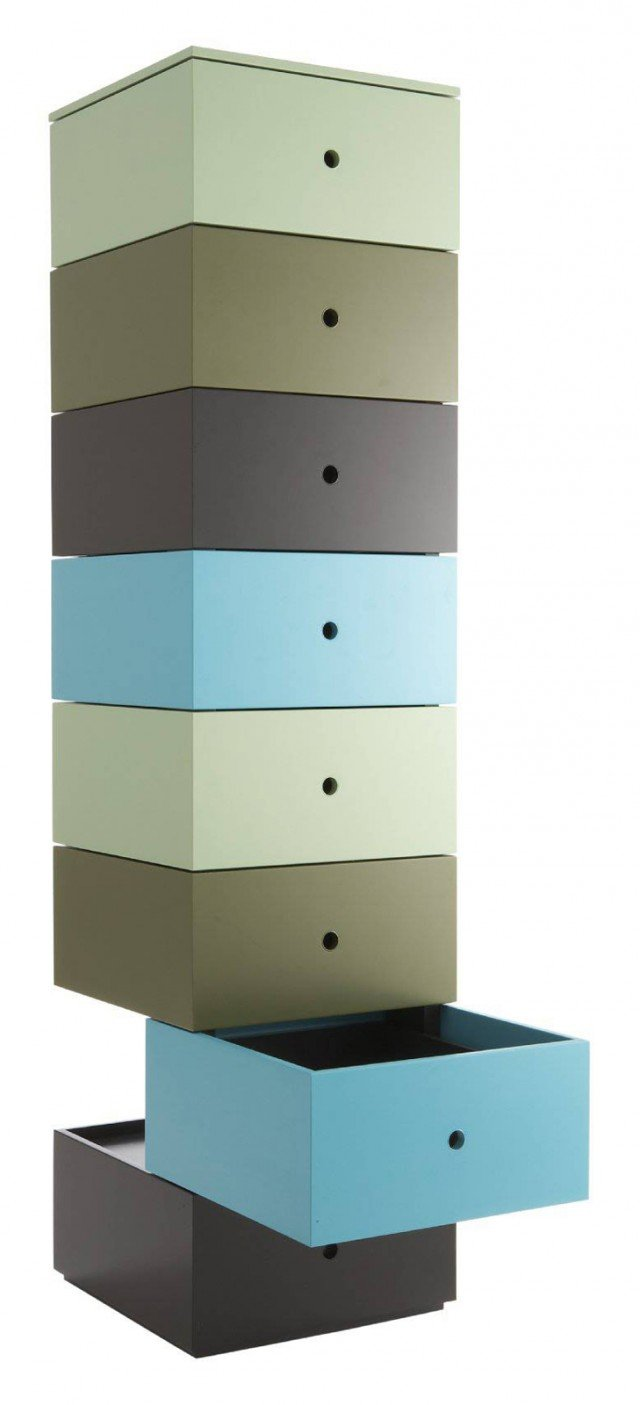 Un mix di funzionalità e colore, ideale per la zona notte come per la zona giorno, la cassettiera multicolore Aphrodite di  Ligne Roset. Design essenziale, basato sulla ripetizione di volumi elementari e su una ricerca precisa del colore dei cassetti: verde mandorla, kaki, nero, turchese. È disponibile in 2 versioni: da 8 o 5 cassetti con 1 cassetto fisso in basso. Misura: versione a 8 cassetti: H 154.5 x L 38.6 x P 38.6 cm.Versione a 5 cassetti: H 97.5 x L 38.6 x P 38.6 cm. Prezzo 3.930 euro e 2.583 euro. www.ligne-roset.it