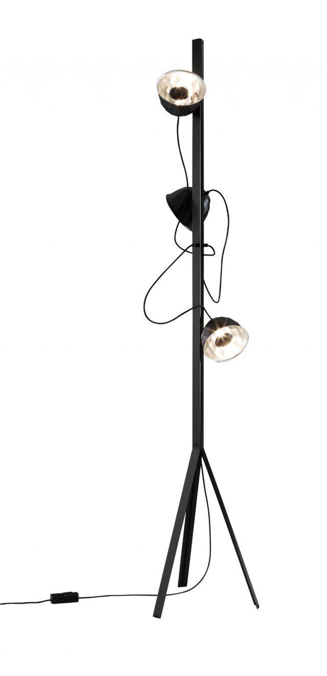 La lampada Trépied di Ligne Roset (www.ligne-roset.it) ha  diffusori dotati di calamita,  che si possono posizionare come più serve sull'asta della lampada,  in modo da illuminare zone differenti. La struttura è in acciaio laccato satinato, i riflettori in alluminio. Misura L 43 x P 37 H 210 cm; prezzo 984 euro.