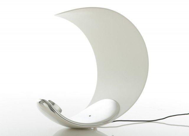 Curl di Luceplan è una lampada da tavolo a tecnologia LED con luce bianca regolabile che grazie alla struttura a ricciolo può assumere più posizioni, è dotatata di un interruttore/dimmer. Misura H 25,6 x L 22,9 cm. Prezzo 238 euro. www.luceplan.it
