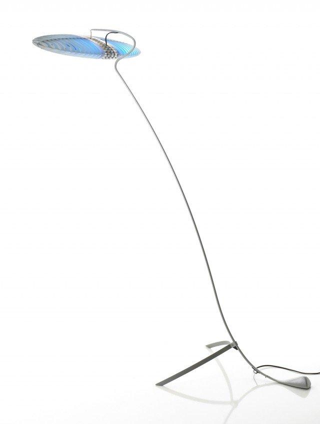 In acciaio e lamelle di alluminio, con filtri in policarbonato serigrafato, la lampada Titania di Luceplan (www.luceplan.it ) è alta 157 cm. Prezzo 468 euro.