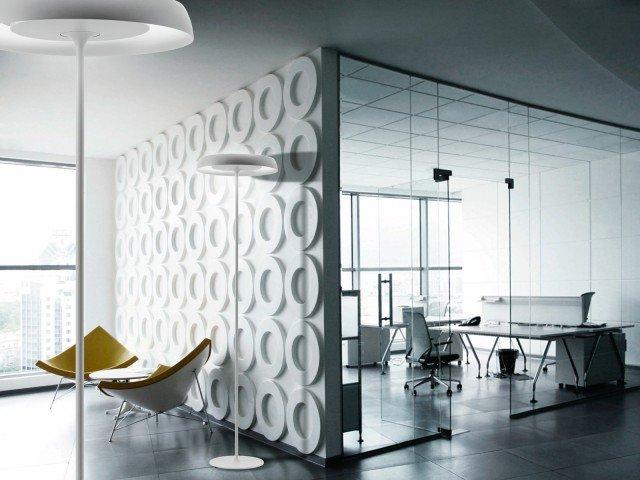 È alta 202 cm la lampada da terra Roundlight di Luxit (www.luxit.it). Realizzata  in alluminio e acciaio misura Ø 36 cm. Prezzo 675,50 euro.