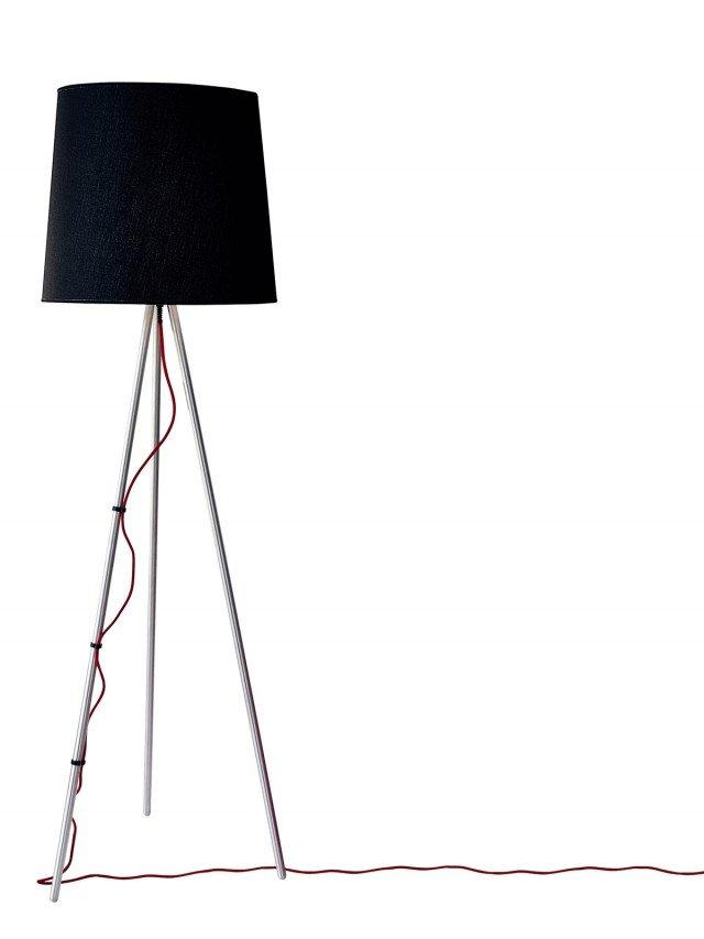 La lampada Eva di Martinelli Luce (www.martinelliluce.it)  ha struttura in alluminio e paralume in tessuto o alluminio. Grazie alla fonte alogena, la piantana offre prestazioni ottimali in termini di efficienza luminosa con un minimo assorbimento energetico. L'alto rendimento è dovuto anche al colore bianco della luce emessa. Misura Ø 50 x H 165 cm; prezzo in via di definizione.