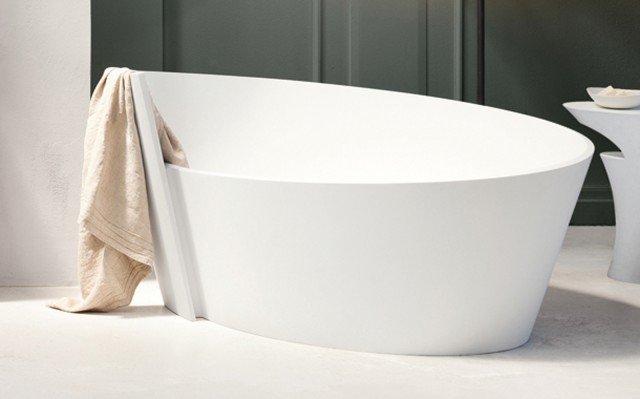 La vasca freestanding è realizzata in K-Plan, una fusione di resine e minerali derivanti dall'alluminio; misura 180 x 130 x H 60/80 cm, prezzo da rivenditore. Anahitadi Mastella Design