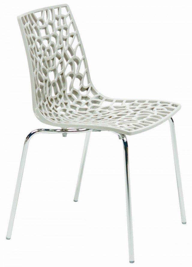IN SOGGIORNO. Effetto pizzo per la sedia monoscocca Grove, di forte impatto decorativo, da abbinare a tavoli dalle linee essenziali. La struttura è in metallo cromato e la seduta in policarbonato ampia ed ergonomica. Prodotta da Mercatone Uno, misura L48xP53xH83 cm. Prezzo 49 Euro. www.mercatoneuno.com