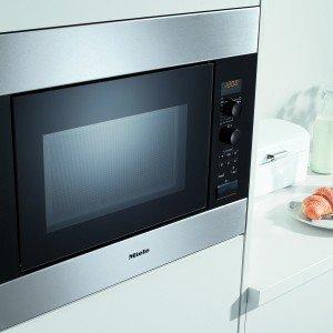 Largo 60 cm e incassabile nella cucina, il microonde M 8261-2 di Miele è dotato di programmi automatici per scongelamento, per surgelati e per cottura. Ha capacità di 26 litri e piatto girevole di 32,5 cm. È fornito con numerosi accessori in dotazione tra cui griglia, leccarda in vetro e piatto gourmet. Prezzo 1.285 euro. www.miele.it