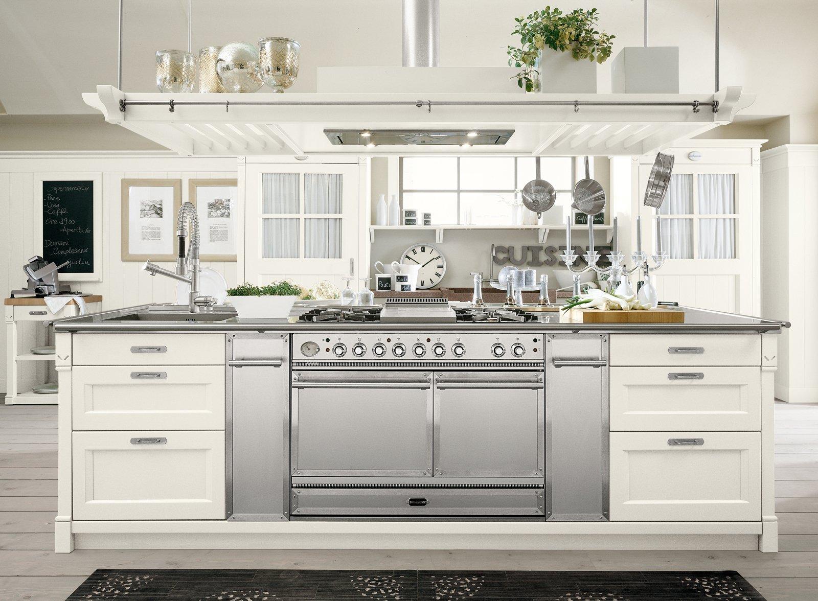 Realizzata interamente in legno massello la cucina English Mood di ...