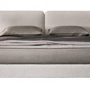 Tatlin Cover di Minotti (design Rodolfo Dordoni) è un letto tessile caratterizzato dall'ampia testiera imbottita. I volumi rigorosi dai bordi arrotondati trasmettono un senso di sobrietà che si abbina a ogni stile, minimale o decorativo. Rivestito in tessuto o pelle, offre un'impressione di morbidezza e comfort grazie alle imbottiture di fibra anallergica. Il giroletto è sostenuto da piedini in alluminio pressofuso, verniciati color Peltro. In questo modello è possibile regolare l'altezza di inserimento della rete. Il supporto reggirete può essere agganciato alla struttura perimetrale in diverse posizioni per accogliere qualsiasi tipo di piano letto. Misura L 224 x P 222 x H 94 cm. Prezzo a partire da 3.100 euro. www.minotti.com