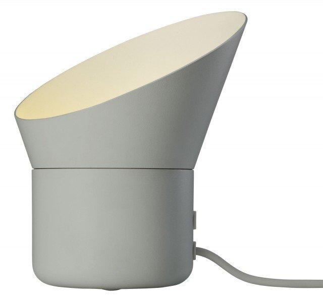 Con la sua forma enigmatica, UP di Muuto non può che attirare l'attenzione! Realizzata in ghisa d'alluminio ricorda i camini dei transatlantici. La parte superiore della lampada può ruotare per permettere di indirizzare il fascio di luce per creare giochi di luci e ombre. La lampada è provvista di un dimmer per regolare l'intensità della luce. Misura Ø 19,3 x H 27 cm. Prezzo 149 euro. www.muuto.com