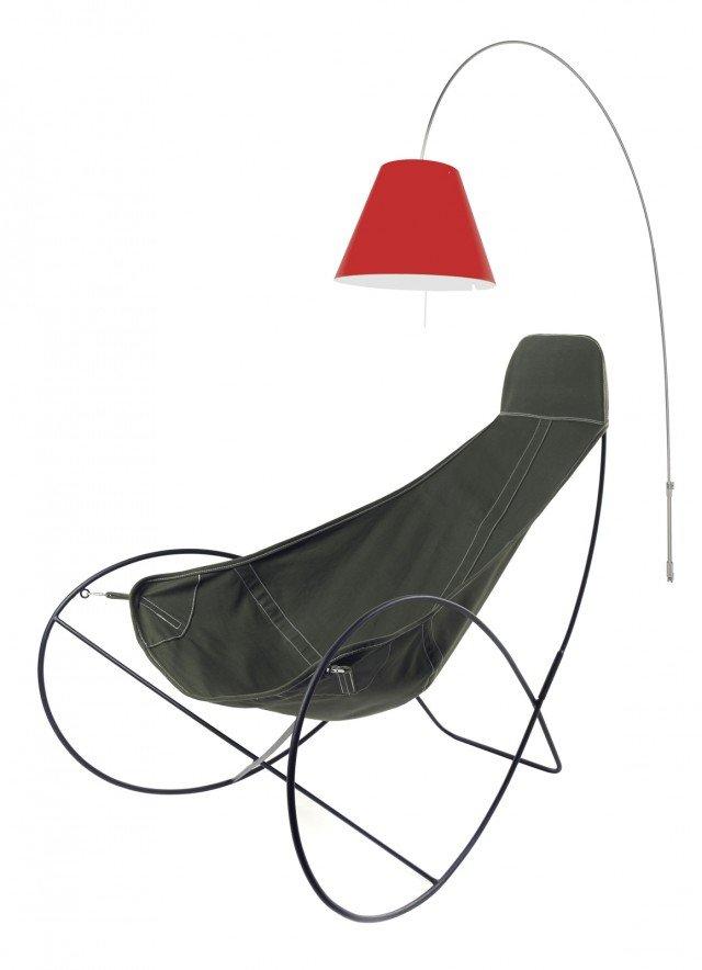Linee fluide, e maxi proporzioni. La sua base arrotondata di Nomad chair di Serax ricorda una sedia a dondolo. Divertente e casual anche nel rivestimento in tela in cotone e poliestere in una vasta gamma di colori. Il tessuto è trattato anti-UV, resistente all'umidità e lavabile. Misura L 126 x P 82 x H 100 cm. Prezzo 450 euro. Acquistabile su www.madeindesign.it. Luceplan arricchisce la collezione Costanza con la lampada a stelo fissata alla parete eliminando così l'ingombro della base. Lady Costanza offre una soluzione di allacciamento elettrico che permette un'illuminazione dall'alto senza alcuna connessione al soffitto. La connessione è a terra, tramite una semplice presa. 4 i livelli d'intensità luminosa regolati da un dimmer sotto il paralune. La lunga asta in alluminio ruota di 180°. Inoltre, è telescopica e regolabile in altezza. Misura H min. 205 cm x H max. 238 cm. Il paralume misura Ø 50 cm. Prezzo 1.100 euro. www.luceplan.it