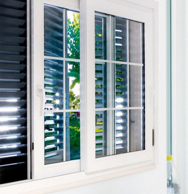 La finestra PR1MA di Nurith a due ante scorrevoli è realizzata in pvc. I valori di trasmittanza variano da 0,6 a 1,4 Ug a seconda del tipo di vetro. I valori dell'infisso oscillano tra 1,45 e 1,46 Uw. www.nurith.it