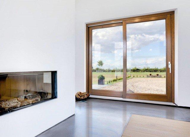 La porta-finestra scorrevole Cosmo 68 di Nusco è in legno, materiale che garantisce isolamento termoacustico e ha coefficiente di trasmittanza termica complessiva pari a 1.6 W/m²K e del vetro - doppio o triplo - di 1.1 W/m²K (valore riferito a due ante). Finestra a due battenti, in meranti lamellare, prezzo 531 euro. www.nuscoporte.com