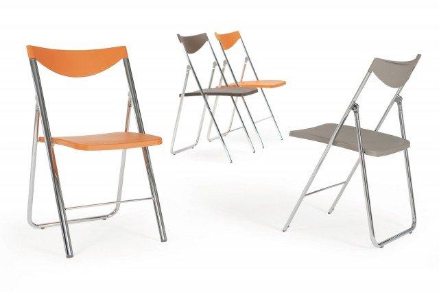 DEDICATA A CHI HA POCO SPAZIO FUNZIONALE IN QUALSIASI AMBIENTE. Sedile e schienale in polipropilene per la sedia pieghevole Nobys di Ozzio Design. Misura L46,5xP49,5xH81 cm. Cinque i colori: grigio chiaro, grigio scuro, antracite, nero e arancio con struttura in metallo lucido o satinato. Prezzo 97,82 Euro. Per riporle in modo ordinato l'azienda propone un carrello in metallo a 6 posti o il pratico gancio da parete per 4 sedie. www.ozzio.com