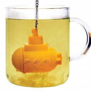 Un sottomarino nella tazza? Tea sub  di Pa Design è un divertente infusore per il tè. Realizzato in silicone per alimenti, fa le bolle, si stabilizza e diffonde il suo contenuto. Lavabile in lavastoviglie. Prezzo 10,50 euro. www.pa-design.com