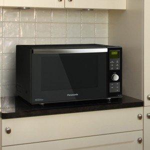 NN-DF383B di Panasonic presenta all'interno una superficie piana, invece del piatto girevole: la cavità ha un'area di cottura più ampia e consente di poter inserire piatti di tutte le dimensioni. Basta selezionare il tipo di cibo che si desidera cucinare e il sensore rileva l'umidità, comunicando il momento esatto in cui il cibo sarà pronto da mangiare. Capiente 23 litri, misura L 48 x P 39 x H 31 cm. Prezzo 259,99 euro. www.panasonic.it