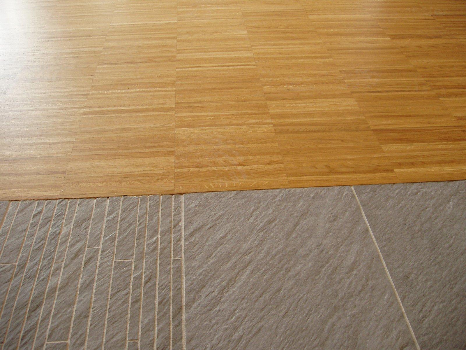 Unire due stanze e i pavimenti cose di casa - Posare parquet flottante su piastrelle ...