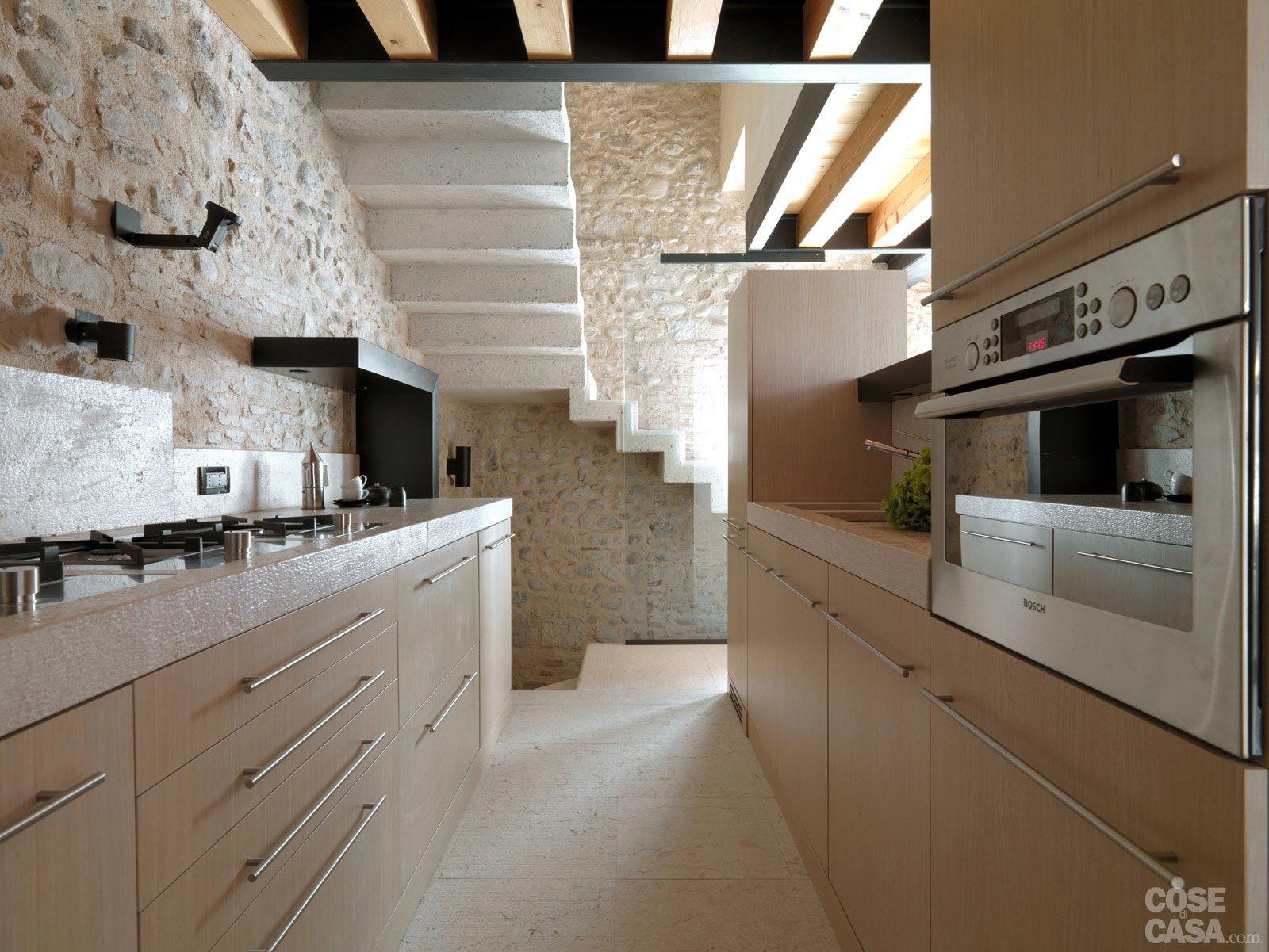 Legno e pietra a vista nella casa restaurata cose di casa for Cucina open space con pilastri