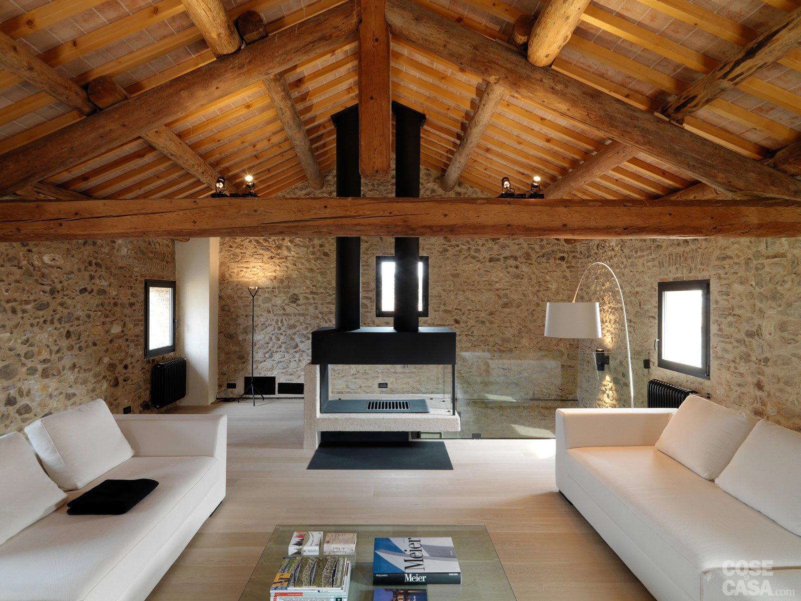 Legno e pietra a vista nella casa restaurata cose di casa for Case di lusso a un piano