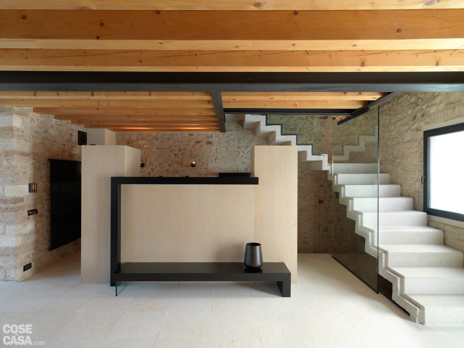 Legno e pietra a vista nella casa restaurata cose di casa for Soggiorni moderni in pietra