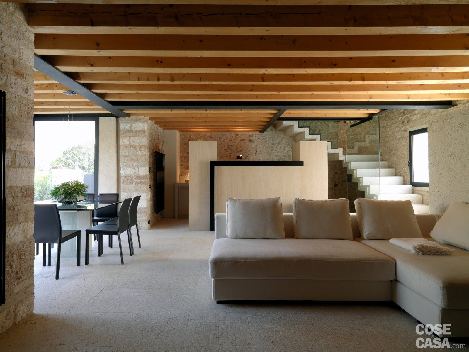Legno e pietra a vista nella casa restaurata cose di casa for Arredare casa con travi a vista