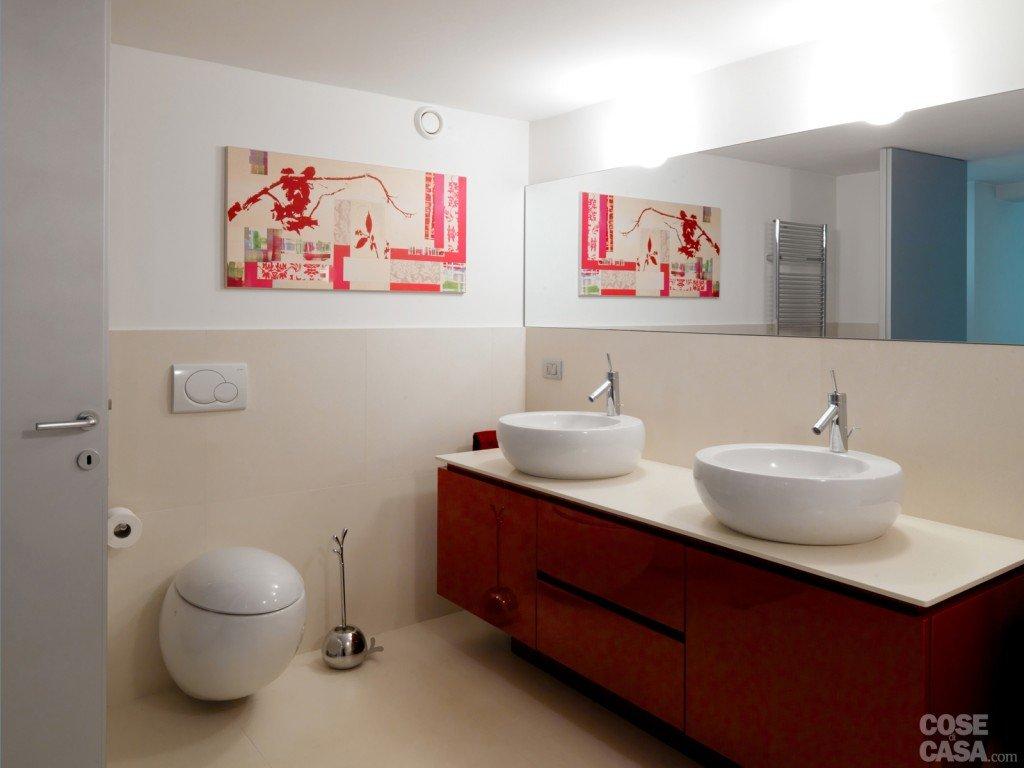 Una casa su due piani da un ex garage cose di casa - Illuminazione bagno moderno ...