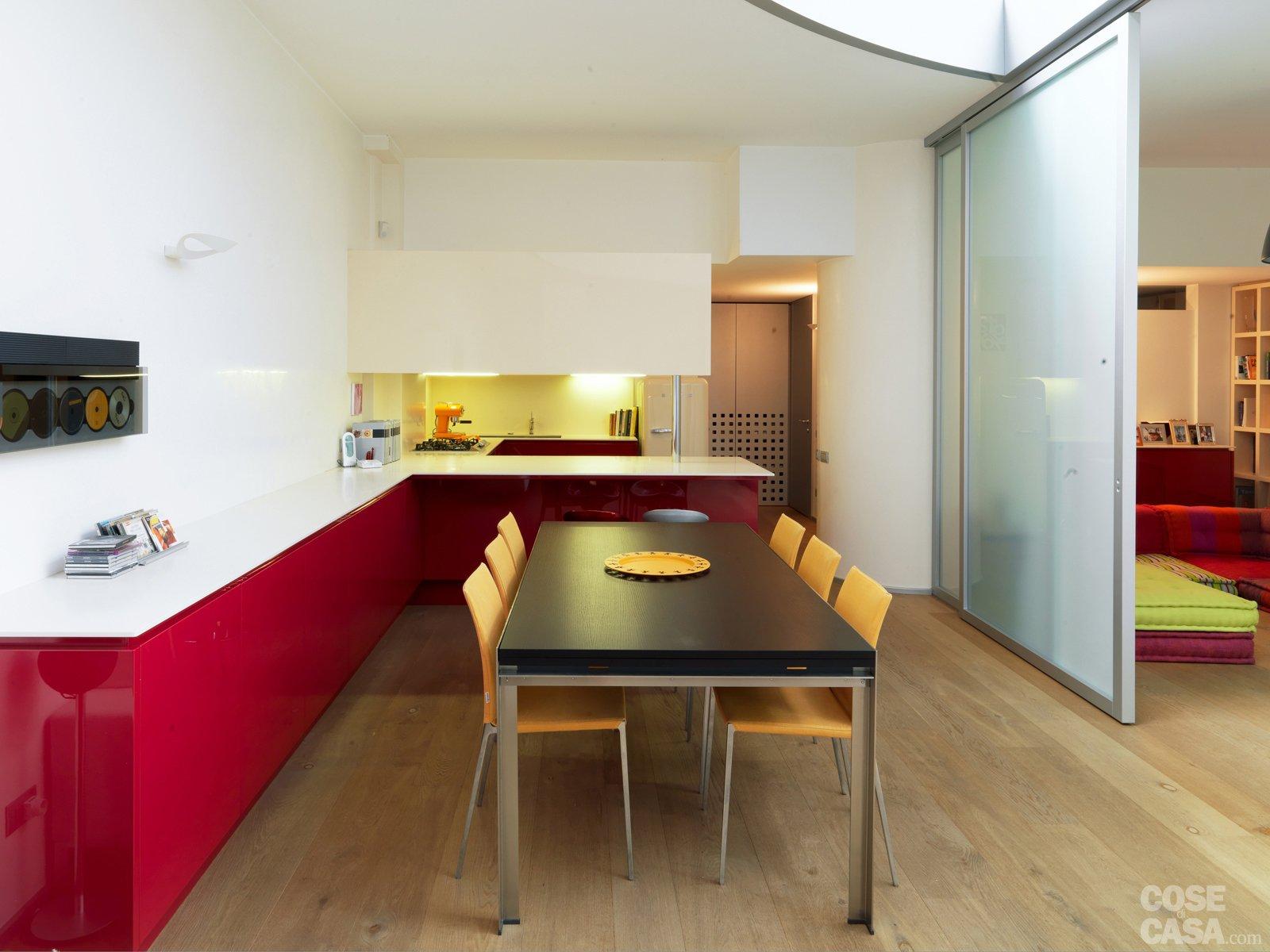 Una casa su due piani da un ex garage cose di casa for Piani di casa con grandi cucine