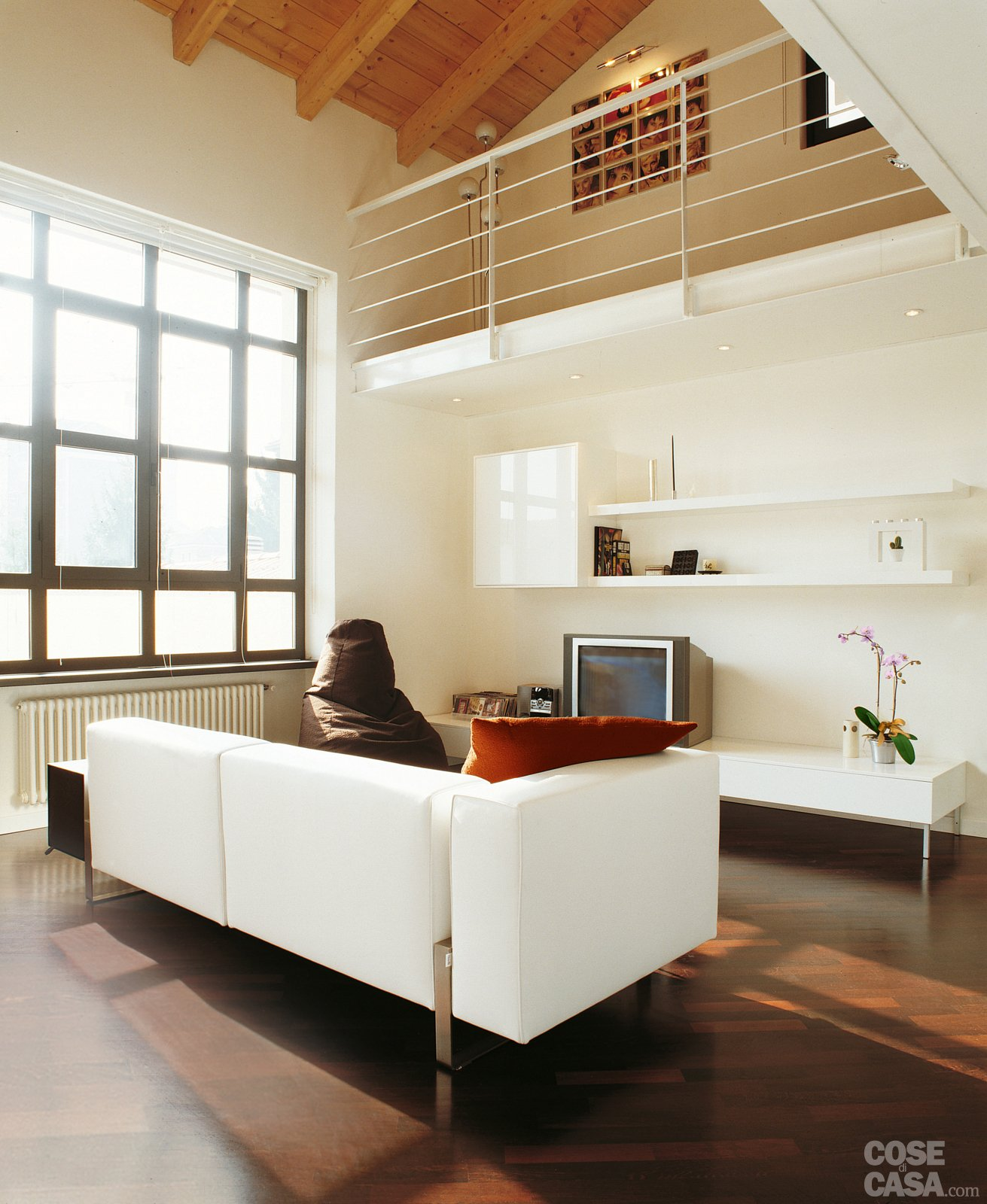 Una casa a doppia altezza con soppalco di 70 mq cose di casa for Piano di costruzione in legno soppalco