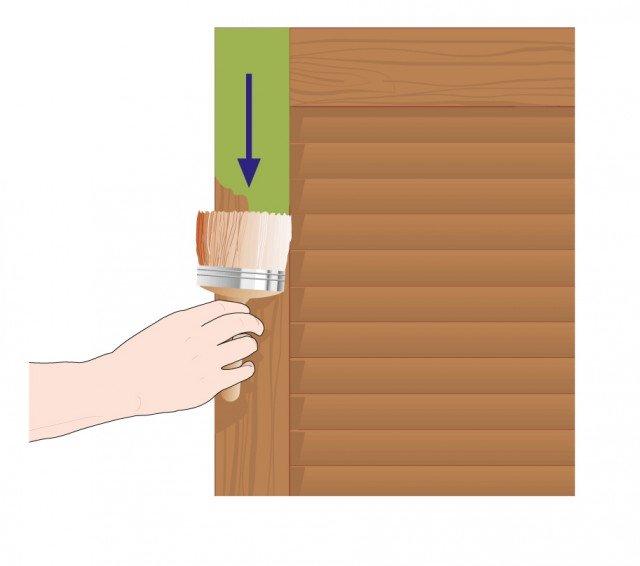 Per la cornice della persiana utilizzare un pennello medio. Dare la prima passata nel senso delle venature del legno, facendo attenzione a non lasciare zone vuote di colore.