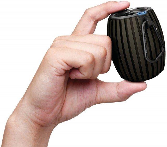 L'altoparlante portatile wireless Soundshooter SBT30/00 di Philips è compatibile con tutti i dispositivi abilitati Bluetooth per ascoltare musica. Ha microfono integrato per chiamate in vivavoce. Grazie alla batteria, della durata di 8 ore, ricaricabile consente di riprodurre la musica ovunque. Il moschettone permette di agganciarlo facilmente alla borsa o alla cintura. Misura L 6,7 x P 6,5 x H 8,2 cm. Prezzo 50,99 euro. www.philips.it