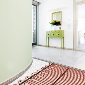 Riscalda e raffresca gli ambienti il sistema radiante di Rehau applicabile a parete, soffitto e su pavimenti esistenti. La posa, eseguita a secco, è semplice e veloce. www.rehau.com