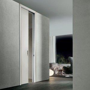 Scorrevole a scomparsa o complanare, la porta Luxor di Rimadesio ha lo stipite in vetro laccato o in alluminio. È considerata standard in quattro larghezze, ma può essere realizzata anche su misura. Laccata con colori ecologici all'acqua non inquinanti, è prodotta con materiali riciclabili al 100%,  il vetro e l'alluminio, all'interno di impianti interamente alimentati con energia solare. Versione singola scorrevole standard, da L 80 x H 210 cm, con vetri lucidi, esclusa Iva e maniglia: prezzo 1.190 euro. www.rimadesio.it