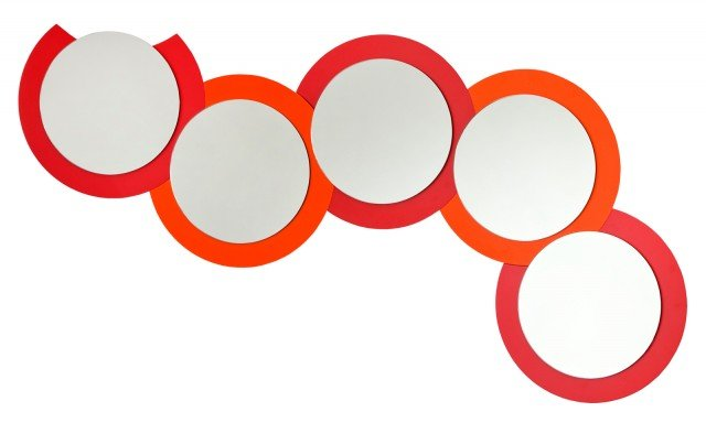 Con cornice in legno laccato in 6 colori, lo specchio Luna Crescente di App Design www.rondadesign.it è composto da più elementi, ognuno dei quali misura Ø 50,1 x H 2,6 cm; prezzo di un elemento 203,28 euro