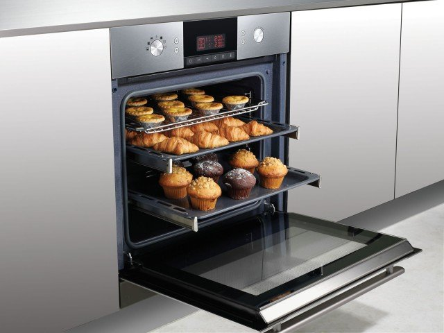 Ha 12 programmi di cottura il forno Speedoven FQ115T di Samsung con termostato elettronico e display digitale. Dispone anche di funzione microonde e di sistema di autopulizia a vapore. Misura L 60 x P 55 H 60 cm. Prezzo 1.199 euro www.samsung.com/it