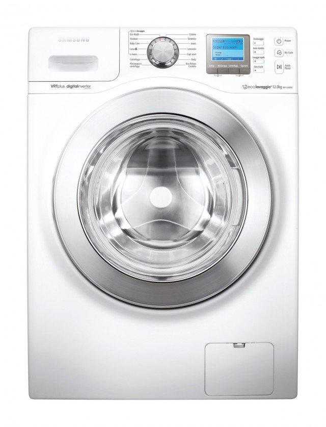 Carica fino a 12 kg di bucato la lavatrice WF1124ZAC Ecolavaggio di Samsung con sistema Fuzzy logic che identifica il peso del bucato e calcola l'acqua e l'energia necessarie. In classe di efficienza energetica A+++ è dotata anche di programmi speciali Eco Wash e Eco Pulizia del cestello. Misura L 60 x P 60 x H 85 cm. Prezzo 1.108 euro www.samsung.com/it