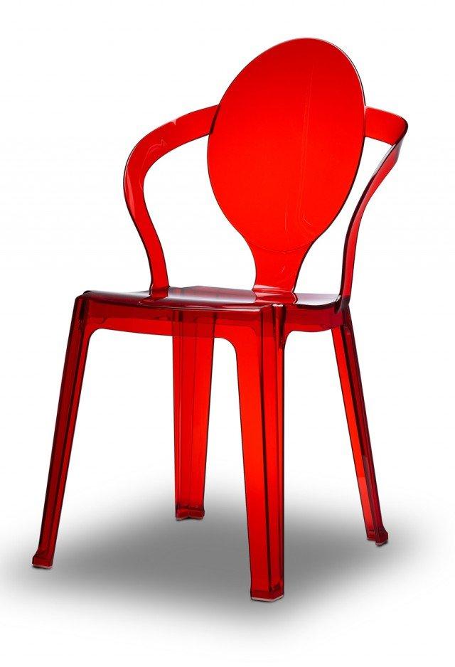 IDEALE IN SOGGIORNO. Scab propone la sedia Spoon. La struttura in policarbonato riciclabile è realizzata in quattro colori trasparenti: rosso, verde, fumè e trasparente e due colori pieni: bianco e tortora. Caratterizzata da uno schienale ovale leggermente concavo, unisce a una moderna armonia di linee, un'inedita capacità strutturale, che ne permette l'impilabilità fino a 20 pezzi. Per uso interno/esterno. Misura L52xP56xH89 cm. Prezzo 80 Euro. www.scabdesign.com