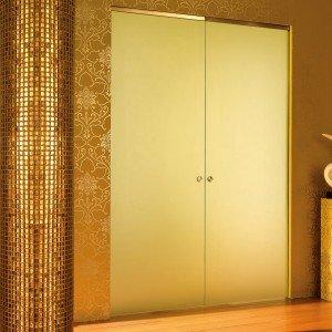 In vetro acidato laccato, la doppia porta Essential di Scrigno è scorrevole interno-muro. Per luce di L 160 X H 210 c: prezzo 2.641 euro; relativo controtelaio per parete a intonaco: prezzo 984 euro. www.scrigno.it