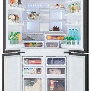 Ha capacità di 600 litri il frigocongelatore  SJ-FS810V di Sharp a quattro porte in classe A+ con controllo elettronico e sistema antibatterico Plasmacluster. Misura L 89,2 x P 76,6 x H 183 cm. Prezzo 2.799 euro. www.sharp.it