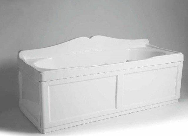 Fornita con telaio di supporto, la vasca in ceramica bianca può anche essere pannellata; misura L 170 x P 70 cm, esclusi pannelli, costa 1.233 euro Vat 17 di Simas