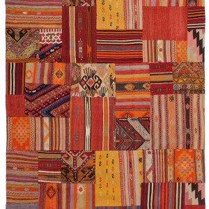 Formato da frammenti  di kilim riassemblati con cuciture artigianali, il tappeto Blues di Sirecom è in lana 100% e si realizza anche su misura. Al mq, prezzo 230 euro. www.sirecomtappeti.it