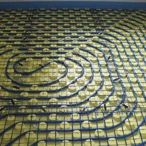 Il sistema di riscaldamento a pavimento New Plus di Rdz a bassa temperatura è formato da una rete di tubi, annegati nella soletta del pavimento, in cui circola l'acqua. È compatibile con vari tipi di rivestimento. www.rdz.it