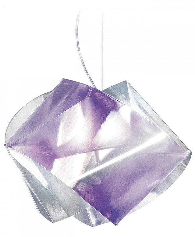 Disponibile in 5 colorazioni che si ispirano alle pietre preziose, la sospensione Gemmy Prisma Color di Slamp (www.slamp.com) in Lentiflex® misura L 42 x P 42 x H 34 cm. Prezzo160 euro