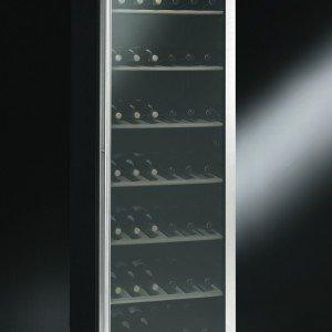 La cantina SCV115 di Smeg ha la porta in acciaio inox con vetro anti-UV, per impedire ai raggi solari di alterare le caratteristiche del vino e ha 7 ripiani in legno su cui si alloggiano fino a 198 bottiglie. Il controllo elettronico consente di impostare separatamente la temperatura nella zona superiore e nella zona inferiore. Misura L 60 x P 60 x H 185 cm. Prezzo 1.969 euro. www.smeg.it