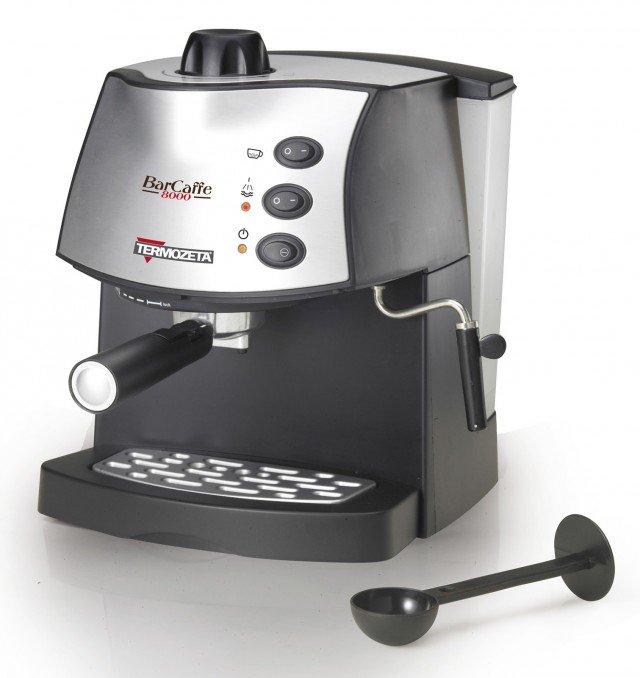 Barcaffè8000 di Termozeta funziona con caffè in polvere e ha funzionamento di spegnimento automatico dopo 9 minuti. Fornito con in dotazione pressino e dosatore, ha il serbatoio estraibile capiente 1,2 litri. Prezzo 69 euro. www.termozeta.com